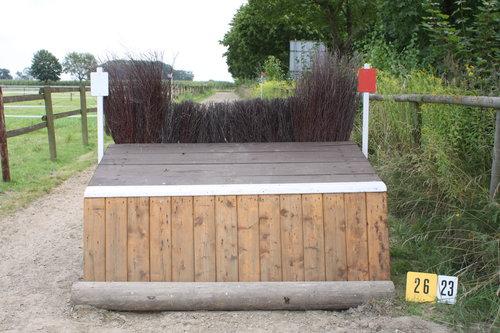Fence 26 - Tisch mit Hecke