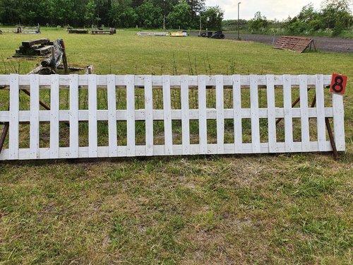 Fence 8 - Hvid stakit på dressurbane