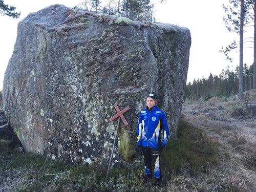 Hindernis 9 - Storstenen med Ingemars blommapinne där stigen går runt och sen upp mot Venåsberget